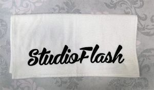 Törölköző - fehér fekete - hímzett 50X100cm - StudioFlash
