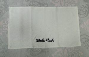 Törölköző - fehér fekete - hímzett 30X50cm - StudioFlash